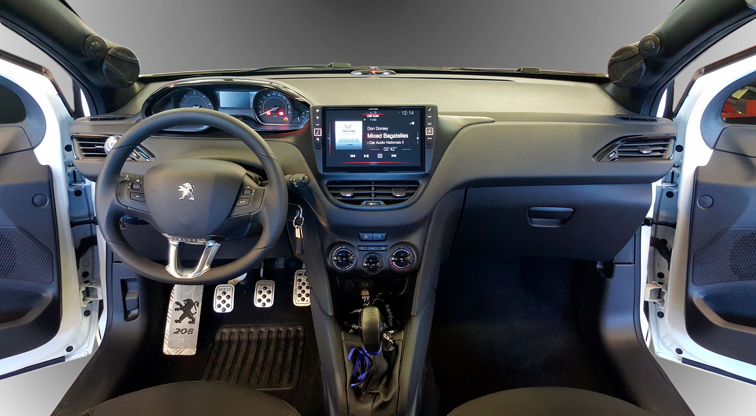 peugeot 208 interni e sistema audio
