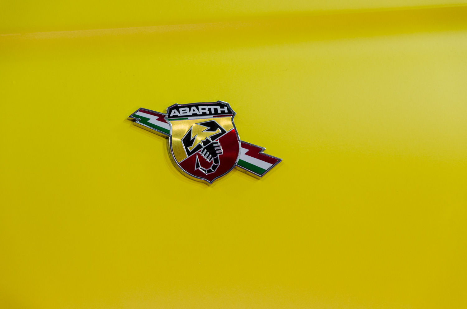 595 Abarth wrapping giallo