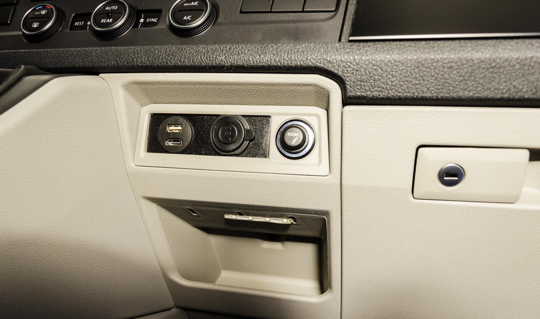 installazione porte USB e HDMI su Multivan T6